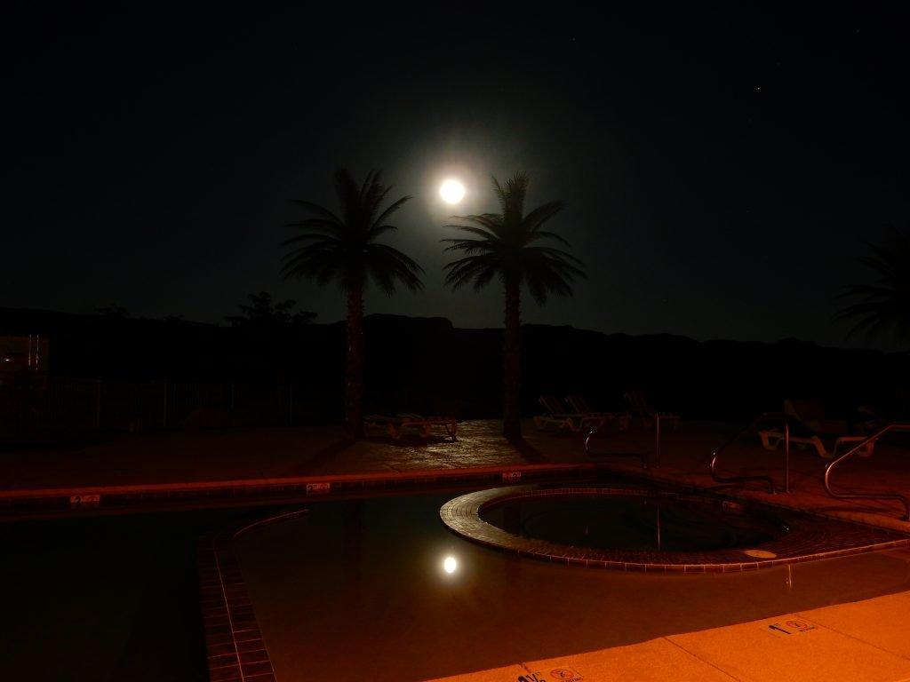 Hat Rock Inn - Pool with a full moon